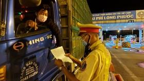 Cảnh sát giao thông tham gia phối hợp với các lực lượng chức năng khác trong phòng chống dịch