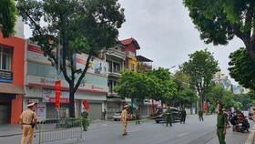 Lực lượng chức năng trực chốt trên phố Bà Triệu, quận Hoàn Kiếm