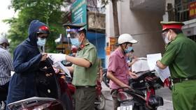 Thắc mắc về giấy đi đường ở Hà Nội, gọi số điện thoại nào?