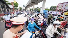 """Ùn tắc khi qua chốt để vào """"vùng đỏ"""" ở Hà Nội"""
