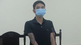 12 tháng tù giam cho thợ cắt tóc giật tóc cán bộ chốt kiểm soát