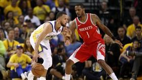 Stephen Curry nhồi bóng trước mặt một cầu thủ Houston