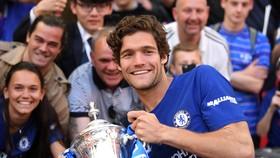 Marcos Alonso tươi cười với chiếc cúp FA