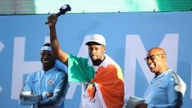 Yaya Toure (giữa) xứng đáng được các CĐV Man.City lên tiếng bảo vệ vào lúc này.