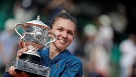 Simona Halep hạnh phúc với chiếc cúp vô địch Roland Garros
