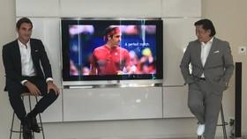 Federer (phải) trong buổi giới thiệu trang phục toàn đỏ của Uniqlo mà anh sẽ sử dụng ở US Open