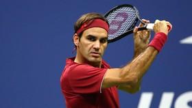 """Roger Federer """"bay lượn"""" trên sân Trung tâm"""