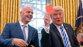 Tổng thống Trump khoe chiếc thẻ đỏ mà ông được nhận từ Chủ tịch Gianni Infantino