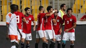 Salah (số 10) trong vòng tay của các đồng đội tuyển Ai Cập
