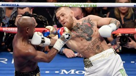 """Mayweather chê McGregor xuất quyền """"yếu xìu"""""""