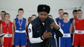 Roy Jones đang hướng dẫn kỹ năng xuất quyền cho các võ sĩ nghiệp dư của Nga