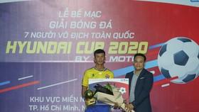 Tuấn Vinh nhận giải Cầu thủ xuất sắc nhất SPL-S3 (Ảnh Dũng Phương)