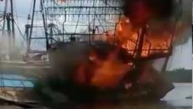 Một tàu cá bất ngờ bốc cháy dữ dội