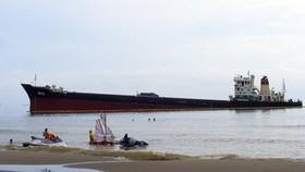Tàu Thái Hà 26 bị bão đánh dạt vào bãi tắm Cửa Lò