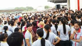 Hàng ngàn công nhân Công ty S&H Vina Thạch Thành ngừng việc. ảnh: D.D