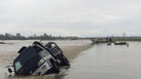 Chiếc xe ô tô tải bị nước cuốn ở tỉnh Hà Tĩnh. Ảnh: DƯƠNG QUANG
