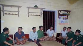 Cán bộ Đồn Biên phòng Đa Lộc thăm hỏi, động viên 5 công nhân gặp nạn