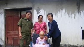 Báo SGGP trao quà của bạn đọc cho bé bị ung thư xương tại Nghệ An