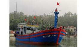 Tàu cá NA 90942TS cùng 14 ngư dân đã được đưa vào cảng Lạch Quèn an toàn.