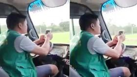 Hình ảnh tài xế xe buýt vừa lái xe vừa lướt điện thoại. Ảnh cắt từ clip.