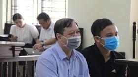 Bị cáo Nguyễn Chí Phương (ảnh trái) tại tòa. Ảnh: X.Nh.
