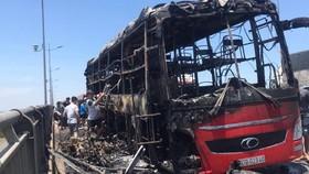 Xe khách cháy rụi, 20 người may mắn thoát nạn