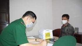 Cán bộ BĐBP Nghệ An đang lấy lời khai Nguyễn Văn Thảo