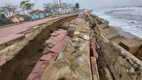 Tan hoang kè biển tại thị xã Cửa Lò, Nghệ An