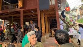 Gia đình chuẩn bị lo an táng cho Thiếu tá Vi Văn Luân tại thị trấn Mường Lát. Ảnh: T.Th.