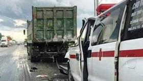 Xe cứu thương tông đuôi xe tải, 4 người bị thương