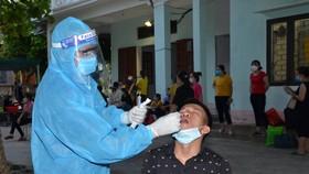 Lấy mẫu xét nghiệm cho người liên quan đến ca mắc Covid-19 tại xã Tế Nông (huyện Nông Cống). Ảnh: CDC Thanh Hóa