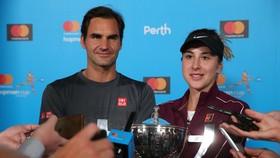 Federer và Bencic với chiếc cúp vô địch Hopman Cup