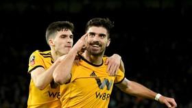 Ruben Neves ăn mừng chiến thắng sau khi nhấn chìm Liverpool