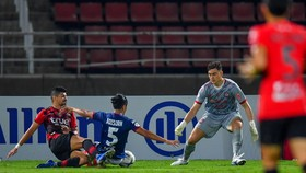 Đặng Văn Lâm 3 lần cứu thua cho Muangthong, nhưng...