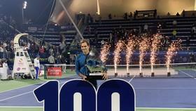Roger Federer và chiếc cúp vô địch thứ 100