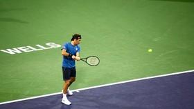 Federer đánh thử 1 cú trái tay sử dụng 2 tay
