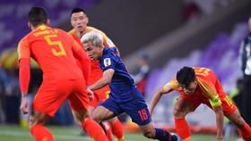 Messi Thái tả xung hữu đột trong vòng vây của các tuyển thủ Trung Quốc