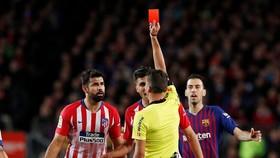 Diego Costa nhận thẻ đỏ vì xúc phạm mẹ trọng tài chính