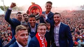 Cầu thủ Twente ăn mừng chiến thắng cùng 20 ngàn CĐV