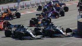 Xe của Bottas và Hamilton so kè ở 1 khúc cua, nhưng sau đó thì...