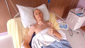 Froome đang nằm viện điều trị chấn thương, sẽ không thể tham gia Tour de France