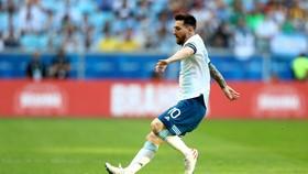 Messi trong trận đấu với Qatar