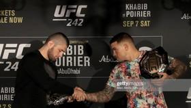 Khabib (trái) sẽ đấu với Poirier vào ngày 7-9 tới đây