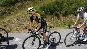 Adam Yates kiệt sức trên đường đèo