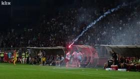 CĐV của FK Sarajevo ném pháo sáng xuống sân