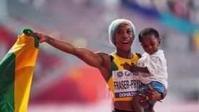 Fraser-Pryce ăn mừng chiến thắng cùng con gái của mình