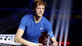 Vẻ mặt non choẹt của chàng trai 18 tuổi khi nhận cúp vô địch