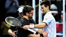 Tipsarevic (đeo mắt kính) là một cựu đồng đội, đồng hương và là đồng minh thân cận của Djokovic