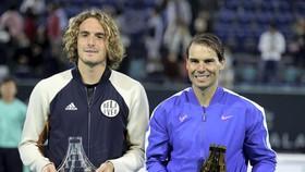 Nadal (phải) đánh bại Tsitsipas để vô địch Mubadala World Tennis Championship lần thứ 5
