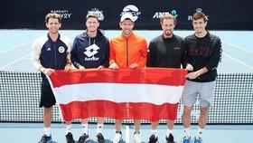 Thiem (ngoài cùng bên trái) đang tập trung cùng tuyển Áo ở ATP Cup 2020
